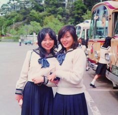 夏目雅子 Masako Natsumé (actress /right side) in her high school days. ★東京女学館高校時代。学校では図書部に所属。提供/夏目雅子ひまわり基金