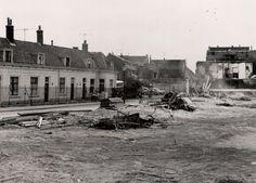 atering tot: 1966-12-31 Beschrijving: De afbraak van de huizen aan de oostzijde is in volle gang. Links is het buitenhofje van Belois. Dit alles gezien in de richting van de Boterstraat.