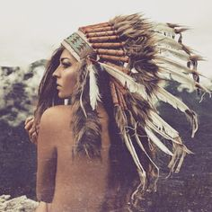 Magic shot by @weare365 ✨ #headdress #feathers #feathercrown #native #american #boho #bohemian #bohochic #indian #fjädrar #huvudbonad #gypsy #gypsystyle #freespirit #majestic #photography #mountains #wilderness #wild #nature