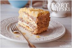 Tort egipski to połączenie biszkoptu na bazie orzechów laskowych. Krem budyniowy wykonany od podstaw w domu oraz kremu śmietanowego…