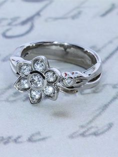Flower ring with 7 beautiful diamonds placed on the petals.