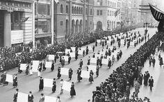 23 EKİM 1915 - New York'ta 25-30.000 kadın oy hakları için 5. ci caddede yürüyüş yaptı.
