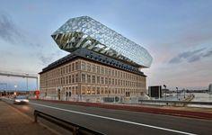 port-maison à Anvers- Zaha-Hadid a ajouté une extension en verre sur une ancienne caserne de pompiers
