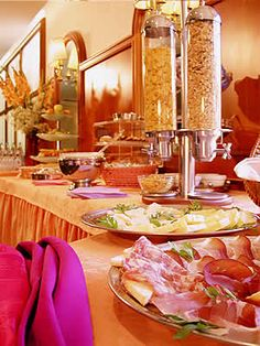 Un Buffet per le colazioni ricco di sapori dolci e salati