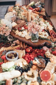 Wedding grazing tables are the latest foodie trend for your big day. Don't miss these fantastic wedding food ideas. Crudite, Antipasto Platter, Grazing Tables, Hors D'oeuvres, Food Platters, Charcuterie Board, Charcuterie Wedding, Party Snacks, Birthday Party Appetizers