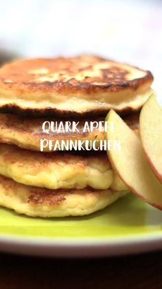 Quark-Apfel-Pfannkuchen Quark apple pancakes are so easy and yet they taste SENSATIONALLY good! They owe that to the curd, because it brings the absolute fluffiness into the cupcakes. Quick Easy Healthy Meals, Healthy Low Calorie Meals, Easy Snacks, Healthy Breakfast Smoothies, Healthy Breakfast Recipes, Healthy Desserts, Law Carb, Desserts Sains, Recipes Breakfast Video