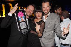 Marco Soldini con Simone Rugiati e Natalia Angelini alla premiazione per il quarto DIsco d'argento della Papeete Beach Compilation.