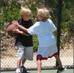 Little Sprouses playing Basketball❤️ Sprouse Bros, Dylan Sprouse, Twin Babies, Twins, Zack Et Cody, Suit Life On Deck, Shoes Without Socks, Baby Cast, Cole Spouse