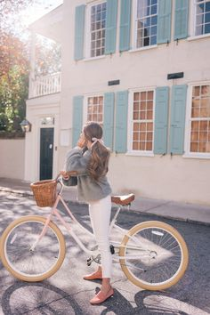 Julia styles a faux fur jacket on a bike ride around Charleston and shares how to add a hint of color to a winter look. Here are her top picks for faux fur. Velo Vintage, Vintage Bicycles, Bike Photoshoot, Cycle Chic, Oldschool, Bicycle Girl, Foto Instagram, Gal Meets Glam, Bike Style