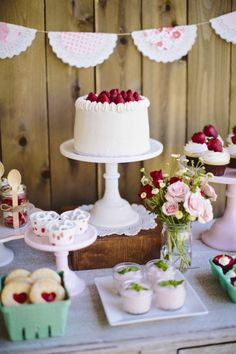 Check out this lovely strawberry-inspired birthday party. Adorable idea for a girl's birthday party! Vintage Party, Vintage Birthday, 1st Birthday Parties, Girl Birthday, Summer Birthday, Picnic Birthday, Birthday Cake, Birthday Ideas, Party Deco