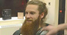 Er lässt sich seinen Bart abrasieren - was sich darunter befindet, lässt Dich einfach staunen...