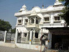 #magiaswiat #vrindavan #matura #podróż #zwiedzanie #indie #blog #świątynie #krishna #gopi #aszram #ogrody #jamuna #mandir #kund #ghaty #govinddev# vaishnodevi #pałac #giridharigoudiya #namyogasadhana Mandir, Krishna, Louvre, Mansions, House Styles, Building, Blog, Travel, Home Decor