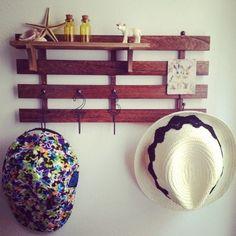 キッチンツール掛けと同じように壁にすのこを付けて、あとはお好みで飾ったり、フックを付けて帽子やアクセサリー、鍵などを見せる収納としてディスプレイしてもおしゃれですね。