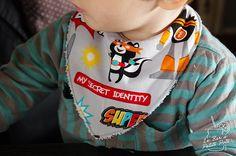 Tutoriel pour coudre un joli bavoir-bandana pour que les bébés qui font leurs dents puissent baver en toute élégance.