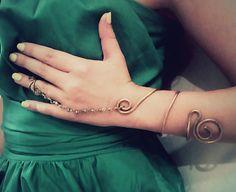 Βραχίολι με σύρμα ενωμένο με ροζάριο. Bracelets, Bracelet, Arm Bracelets, Bangle, Bangles, Anklets
