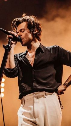harry styles outfits best outfits - Page 3 of 100 - Celebrity Style and Fashion Trends Harry Styles Baby, Harry Edward Styles, Harry Styles Mode, Harry Styles Fotos, Harry Styles Pictures, Harry Styles Fashion, Harry Styles Style, Harry Styles Singing, Harry Styles Clothes