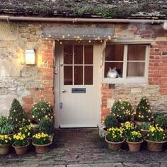 Creating Spring Pots - Like the idea of coming home to a scene like this? Nim says, head over to my blog for a guide to creating Spring Pots. The bulbs, the colours, the compost...it's all there. Link in Bio! #thehatchwilts #bulbsinpots Cottage Front Porches, Cottage Front Doors, Cottage Door, Garden Cottage, Bungalow Renovation, Christmas Front Doors, Welcome To My House, Small Backyard Gardens, Entrance Design