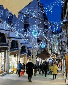 Venezia - walking down past the shops on the Rialto Bridge
