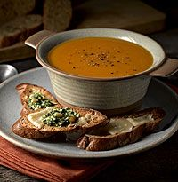 Gluten-Free roasted butternut squash soup with pesto croutes recipe. Vegetarian Recipes Videos, Diet Recipes, Wheat Free Recipes, Gluten Free Recipes, Roasted Butternut Squash Soup, Gluten Free Soup, Healthy Family Dinners, Turkey Soup, Chicken Soup Recipes