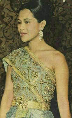 King Bhumipol, King Rama 9, King Queen, Thai Traditional Dress, Traditional Fashion, Queen Sirikit, Thai Dress, Great King, Royal Jewelry