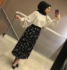 🤩🤩EFSANE ETEĞİMİZZZ STOKLARDAA Modest Outfits, Modest Fashion, Hijab Fashion, Hijab Style Dress, Hijab Outfit, Muslim Girls, Muslim Women, Simple Hijab, Mode Hijab
