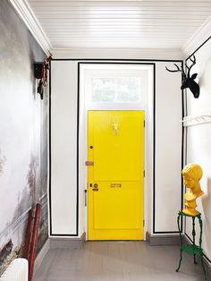 Fiebre amarilla - AD España, © MONTSE GARRIGA La entrada de la casa del decorador Etienne Hanekom confirma lo que sospechábamos: el amarillo es el nuevo blanco, incluso en su función amplificadora de proporciones.
