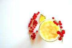Ananas z dodatkami ❤ - 1/2 świeżego ananasa  - 1 banan , - porzeczki do ozdoby ❤ Wszystko razem wrzucamy do blendera i miksujemy. Jeśli komuś będzie za gęste można dodać trochę wody, to już wedle uznania. I to by było na tyle ;) Teraz tylko pozostaje przelać do szklanki i wypić do dna :) Smacznego ❤
