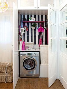 Un coin lavage qui jouxte la salle de bain. Des portes blanches aux carreaux recouverts de miroirs rendent l'endroit discret et raffiné.