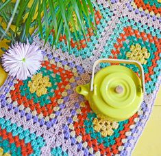 Pirteä limenvihreä teekannu tuo kevään kotiin. ☀️ Home, Haus, Homes, Houses, At Home