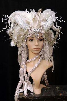 I love this headdress Fantasy Hair, Fantasy Makeup, Ice Queen Costume, Halloween Makeup, Halloween Costumes, Cosplay Horns, Avant Garde Hair, Costume Makeup, Headgear