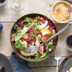 Pour se faire du bien quand on fait attention à sa ligne autour d'une belle salade copieuse et gourmande, on vous livre nos conseils pour préparer une salade légère, colorée et bonne pour la santé sans prendre un gramme. http://www.elle.fr/Elle-a-Table/Cuisine-minceur/salade-minceur-2940698