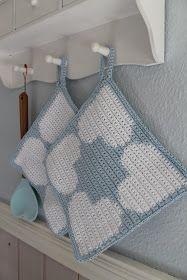 En kreativ verden: Hæklede pastelfarvede grydelapper m. hjerter. DIY Crochet Potholders, Crochet Pillow, Tapestry Crochet, Crochet Kitchen, Crochet Home, Diy Crochet, Crochet Hot Pads, Holiday Crochet, Chrochet