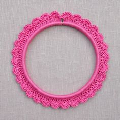 Transform a plain embroidery hoop into a display fit to frame your very best stitching with this tutorial for crocheting a scalloped edge around en embroidery hoop!