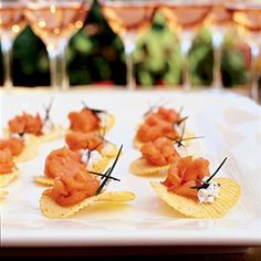 Wedding Reception Food Station Ideas | Smoked salmon tartar on hand-cut chips #TDAisleStyle