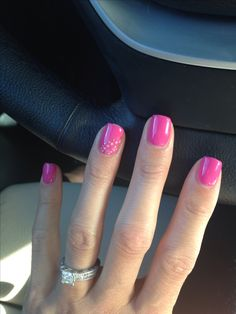 Cute simple short nail design. Pink shellac nails with light pink and gold design. Thanks @jvanronk I love them!!!