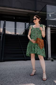 """Mein Projekt """"ohne #Umstandsmode durch den Sommer"""" läuft nach wie vor. Und jetzt, mittlerweile im 8. Schwangerschaftsmonat #ssw30 und in der heißesten Zeit des Jahres angekommen, weiß ich luftige Kleider besonders zu schätzen. Seit Jahren trage ich die sogenannten #Hängekleider und egal ob mit oder ohne Babybauch – sie sind einfach perfekt für den Sommer! www.whoismocca.com Casual Chic Outfits, Elegant, Outfit Of The Day, Street Style, Summer Dresses, Beauty, Shopping, Interior, Fashion"""