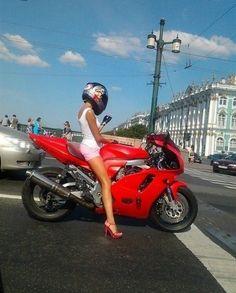 girl on bike, en San Sebastián, España. ok, this is just awesome