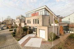 Onder architectuur gebouwde  2/1-kap in Oud-Beijerland.