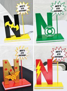 Centro de mesa con letra para cumpleaños de superhéroes - http://xn--manualidadesparacumpleaos-voc.com/centro-de-mesa-con-letra-para-cumpleanos-de-superheroes/