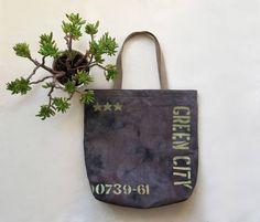Brown tote bag of canvas. US$47 #tote #canvastote #ecofriendly #ecobag #baytote #totebag #totelinenbag #bag