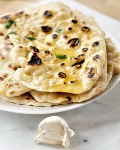 Hjemmlaget garlic naan i stekepannen Keto Bread, Bread Baking, Food N, Food And Drink, Garlic Naan, Cloud Bread, Flatbread Pizza, Bread Machine Recipes, Food Cravings