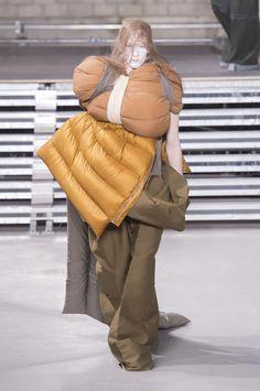 Rick Owens showed his Fall/Winter 2017 collection during Paris Fashion Week. Weird Fashion, High Fashion, Fashion Show, Mens Fashion, Rick Owens, Fashion Week Paris, Male Fashion Trends, Fashion 2017, Fashion Weeks