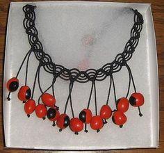 Geflochtene schwarze #Halskette mit #Huayruros #Samen, #Folkloreschmuck aus #Peru Folklore, Inka, Stone Tiles, Cool Diy Projects, Seashells, Peru, Jewelery, Stones, Crafts