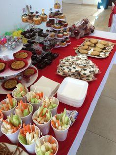 Fruta, galletas decoradas, tartas de piña con coco, cupcakes con vainilla, pie pops de cajeta, manzanas con chamoy