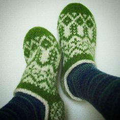 Arne and Carlos felt slippers Felt Patterns, Knitting Patterns, Knitting Tutorials, Knitting Books, Hand Knitting, Felted Slippers Pattern, Felt Slippers, Arne And Carlos, Ravelry