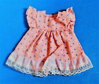 ältere Puppenkleidung, Puppenkleid, rosa mit Herzchen-Muster