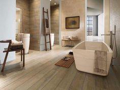 carrelage imitation bois, grande baignoire blanche et carrelage imitation parquet