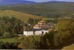 Kagyu Samye Ling, Eskdalemuir, Schottland in der Nähe von Glasgow. Tibetisch buddhistisches Kloster in einer traumhaft schönen Naturlage. So viel Ruhe habe ich selten in meinem Leben genossen. Würde gerne noch mal hinfahren.