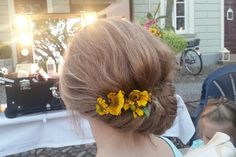 Einfache und schnelle Frisur für lange Haare mit Blumen. #Püppikram #Invisibobble