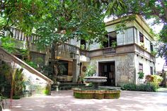 Casa Segunda a heritage house in Lipa Batangas, Philippines. Again, tiled patio with a fountain. Just lovely. Filipino Architecture, Philippine Architecture, Tropical Architecture, Bamboo House Plant, House Plants, Filipino House, Philippine Houses, Patio Tiles, Cabins And Cottages